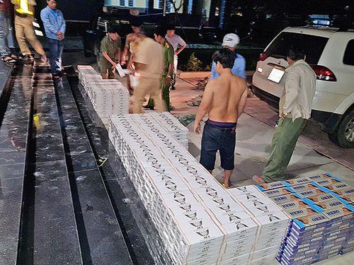 Bắt giữ 2 anh em ruột buôn lậu 12.000 bao thuốc lá - Ảnh 2