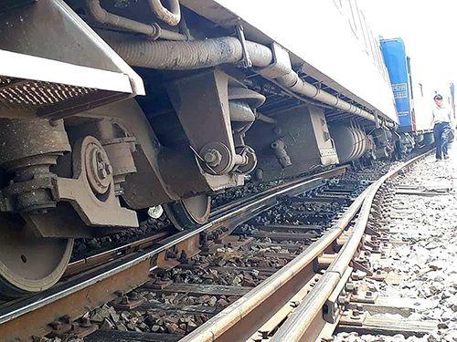 Điều tra nguyên nhân tàu hỏa trật bánh 2 toa khi vào ga khiến đường sắt tê liệt nhiều giờ - Ảnh 1