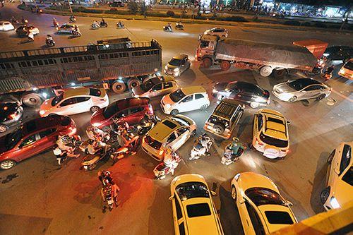 Gần nửa đêm, một số tuyến đường Hà Nội vẫn ùn tắc do người dân đi nghỉ lễ 2/9 - Ảnh 12