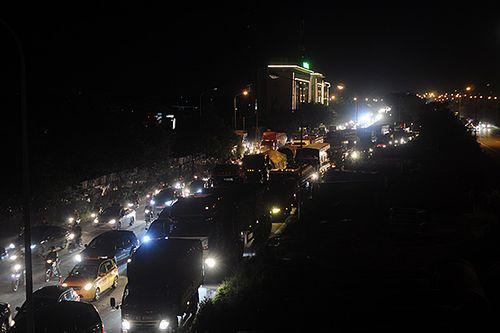 Gần nửa đêm, một số tuyến đường Hà Nội vẫn ùn tắc do người dân đi nghỉ lễ 2/9 - Ảnh 1