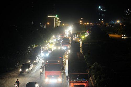 Gần nửa đêm, một số tuyến đường Hà Nội vẫn ùn tắc do người dân đi nghỉ lễ 2/9 - Ảnh 2