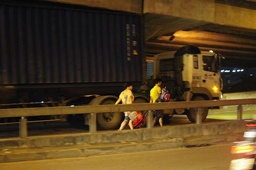 Gần nửa đêm, một số tuyến đường Hà Nội vẫn ùn tắc do người dân đi nghỉ lễ 2/9 - Ảnh 8