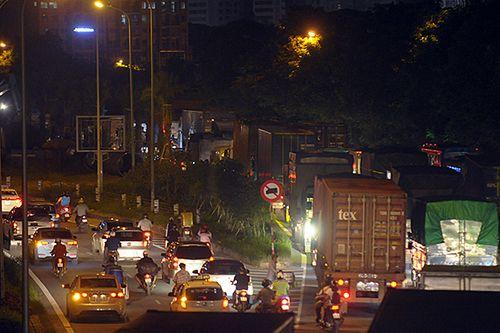 Gần nửa đêm, một số tuyến đường Hà Nội vẫn ùn tắc do người dân đi nghỉ lễ 2/9 - Ảnh 5