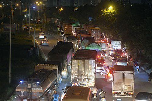 Gần nửa đêm, một số tuyến đường Hà Nội vẫn ùn tắc do người dân đi nghỉ lễ 2/9 - Ảnh 3