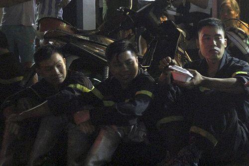 Cháy lớn trên đường Đê La Thành: Phút nghỉ ngơi của lính cứu hỏa sau 4h khống chế ngọn lửa - Ảnh 1
