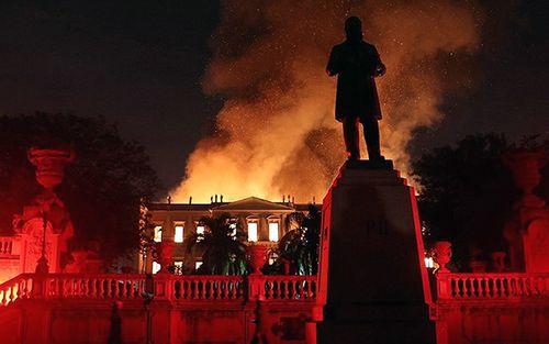 Bảo tàng 200 năm tuổi bị nhấn chìm trong biển lửa tại Brazil - Ảnh 1