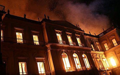 Bảo tàng 200 năm tuổi bị nhấn chìm trong biển lửa tại Brazil - Ảnh 6