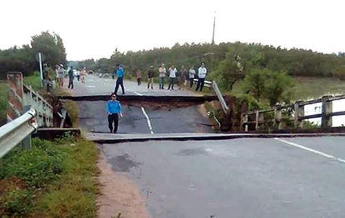 Bình Thuận: Sập cầu chưa rõ nguyên nhân, giao thông bị chia cắt - Ảnh 1