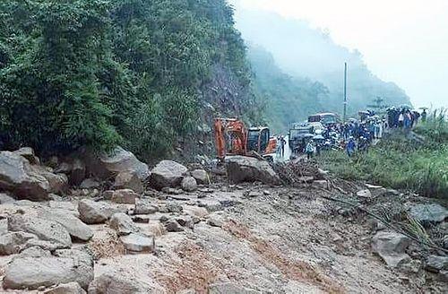 Lai Châu: Tiếp tục mưa lớn, nhiều tuyến đường sạt lở nghiêm trọng - Ảnh 2