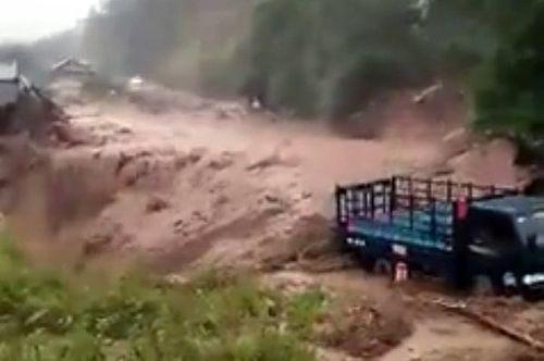 Lai Châu: Tiếp tục mưa lớn, nhiều tuyến đường sạt lở nghiêm trọng - Ảnh 1