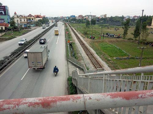 Vụ tai nạn thảm khốc tại Hải Dương: Kỳ lạ cây cầu vượt dẫn người đi bộ xuống thẳng lòng đường - Ảnh 3