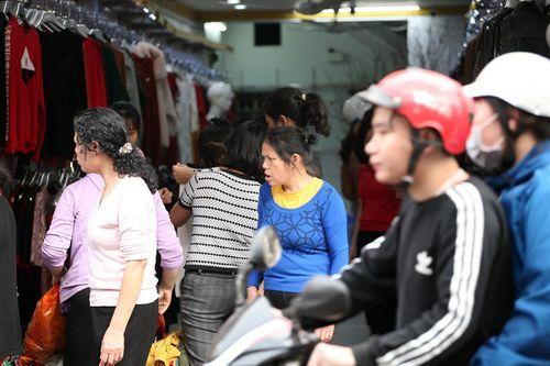 Hà Nội: Cả ngàn người chen nhau mua quần áo đại hạ giá chiều 29 Tết - Ảnh 2