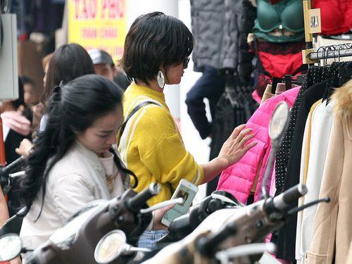 Hà Nội: Cả ngàn người chen nhau mua quần áo đại hạ giá chiều 29 Tết - Ảnh 7