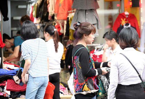 Hà Nội: Cả ngàn người chen nhau mua quần áo đại hạ giá chiều 29 Tết - Ảnh 10