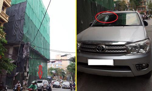Sắt từ công trường xây dựng lại rơi, xuyên thủng ô tô ở Hà Nội - Ảnh 1