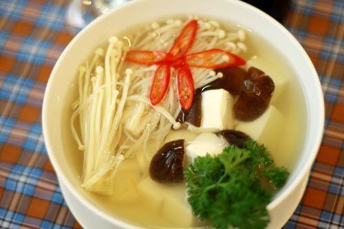 Món ngon mỗi ngày: Canh thịt bò nấu nấm kim châm ngon hết ý - Ảnh 1