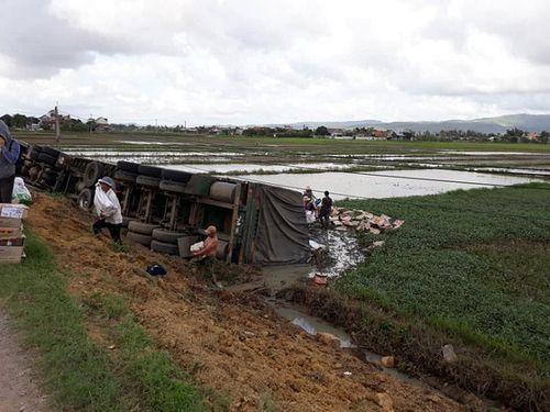 Hình ảnh đẹp: Xe container bị lật, người dân Phú Yên giúp tài xế đưa hàng trăm lon nước lên bờ - Ảnh 2