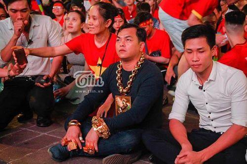 """CĐV """"sáng nhất"""" trận Việt Nam - Philippines: Đeo đầy vàng cùng 5 vệ sĩ ra phố cổ vũ đội tuyển Việt Nam - Ảnh 1"""