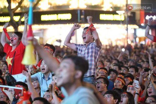 Hàng triệu CĐV đổ ra đường ăn mừng đội tuyển Việt Nam tiến thẳng trận chung kết AFF Cup - Ảnh 3