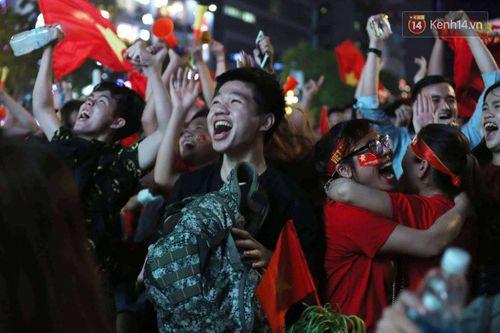 Hàng triệu CĐV đổ ra đường ăn mừng đội tuyển Việt Nam tiến thẳng trận chung kết AFF Cup - Ảnh 5