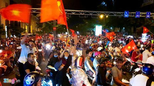 Hàng triệu CĐV đổ ra đường ăn mừng đội tuyển Việt Nam tiến thẳng trận chung kết AFF Cup - Ảnh 6
