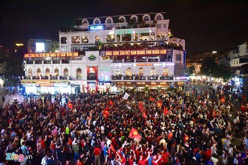 Hàng triệu CĐV đổ ra đường ăn mừng đội tuyển Việt Nam tiến thẳng trận chung kết AFF Cup - Ảnh 7