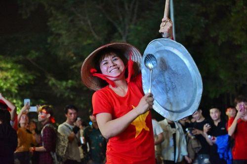 Hàng triệu CĐV đổ ra đường ăn mừng đội tuyển Việt Nam tiến thẳng trận chung kết AFF Cup - Ảnh 9
