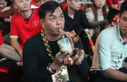 """CĐV """"sáng nhất"""" trận Việt Nam - Philippines: Đeo đầy vàng cùng 5 vệ sĩ ra phố cổ vũ đội tuyển Việt Nam - Ảnh 3"""