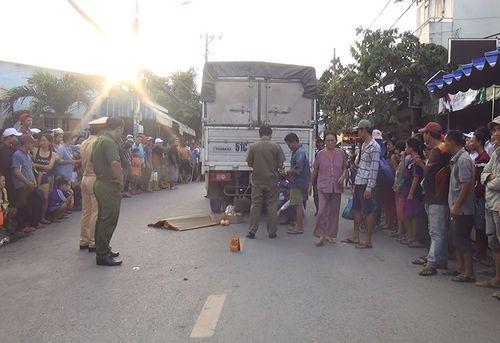 Tuột khỏi tay mẹ sau va chạm, bé 2 tuổi bị xe tải cán tử vong trên đường phố Sài Gòn - Ảnh 1