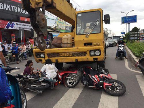 Xe cẩu tông 3 xe máy đang dừng đèn đỏ, bé trai 6 tuổi tử vong - Ảnh 1