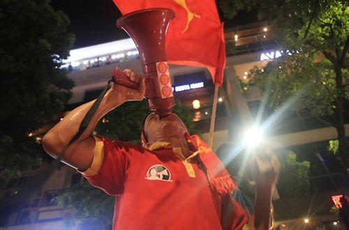 Biển người hân hoan xuống đường ăn mừng chiến thắng của Olympic VN - Ảnh 5
