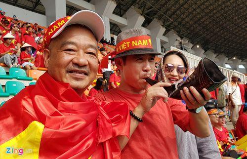 """Ủng hộ Olympic Việt Nam, cổ động viên """"nhuộm đỏ"""" sân vận động Pakan Sari  - Ảnh 2"""