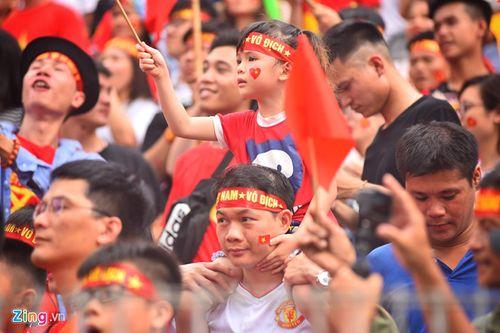 """Ủng hộ Olympic Việt Nam, cổ động viên """"nhuộm đỏ"""" sân vận động Pakan Sari  - Ảnh 5"""