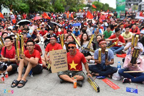 """Ủng hộ Olympic Việt Nam, cổ động viên """"nhuộm đỏ"""" sân vận động Pakan Sari  - Ảnh 6"""