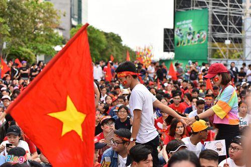 """Ủng hộ Olympic Việt Nam, cổ động viên """"nhuộm đỏ"""" sân vận động Pakan Sari  - Ảnh 7"""