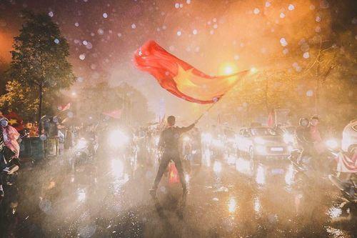"""Ủng hộ Olympic Việt Nam, cổ động viên """"nhuộm đỏ"""" sân vận động Pakan Sari  - Ảnh 8"""