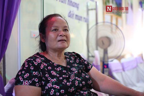 Cô dâu 61 tuổi lấy chồng 26 tuổi rạng ngời trong sự chúc phúc của bạn bè, hàng xóm - Ảnh 1