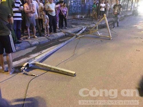 Hà Nội: Đang đi trên đường, cô gái tử vong vì bị khung sắt rơi trúng - Ảnh 3
