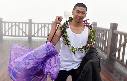 """Mặc áo ba lỗ, thanh niên Sài Gòn """"thách thức"""" cái lạnh dưới 0 độ trên đỉnh Fansipan - Ảnh 4"""