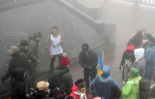 """Mặc áo ba lỗ, thanh niên Sài Gòn """"thách thức"""" cái lạnh dưới 0 độ trên đỉnh Fansipan - Ảnh 5"""