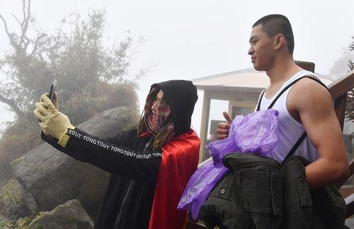"""Mặc áo ba lỗ, thanh niên Sài Gòn """"thách thức"""" cái lạnh dưới 0 độ trên đỉnh Fansipan - Ảnh 6"""