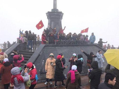 """Mặc áo ba lỗ, thanh niên Sài Gòn """"thách thức"""" cái lạnh dưới 0 độ trên đỉnh Fansipan - Ảnh 1"""