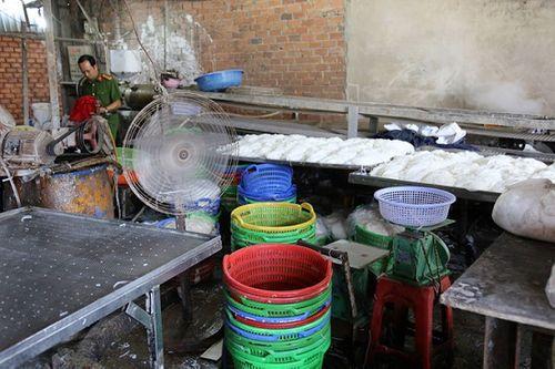 TP. HCM: Phát hiện hơn 2 tấn bún cũ, bún thải trộn hóa chất bán ra thị trường - Ảnh 1