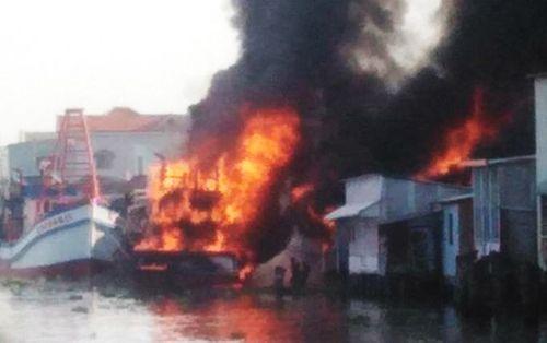 2 tàu cá phát hỏa cháy lan thiêu rụi 3 nhà dân ở Kiên Giang - Ảnh 1