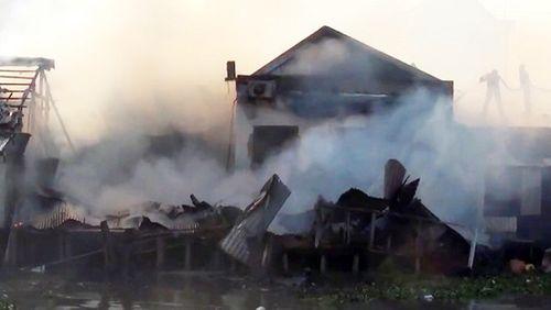 2 tàu cá phát hỏa cháy lan thiêu rụi 3 nhà dân ở Kiên Giang - Ảnh 2