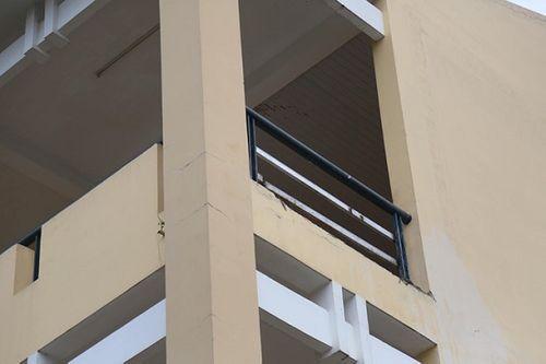 Tới trường học, nữ sinh lớp 9 bị mảng tường rơi trúng gãy chân - Ảnh 1