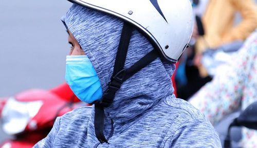 Người dân TP.HCM co ro trong thời tiết se lạnh ngày đầu đi làm năm 2019 - Ảnh 3