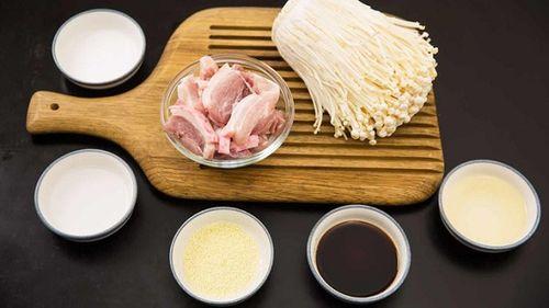 Món ngon mỗi ngày: Ba chỉ heo cuộn nấm kim châm sốt dầu hào giòn sần sật - Ảnh 1