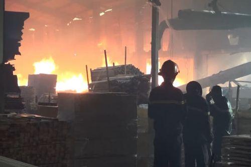 """""""Bà hỏa"""" thiêu rụi 3.000 m2 xưởng gỗ sát ngày Tết ông Công ông Táo - Ảnh 1"""