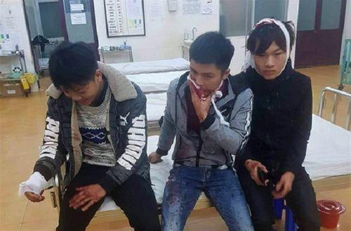 Đang ngồi uống cà phê, nam thanh niên bị nhóm côn đồ xông vào chém gần đứt lìa cánh tay - Ảnh 2